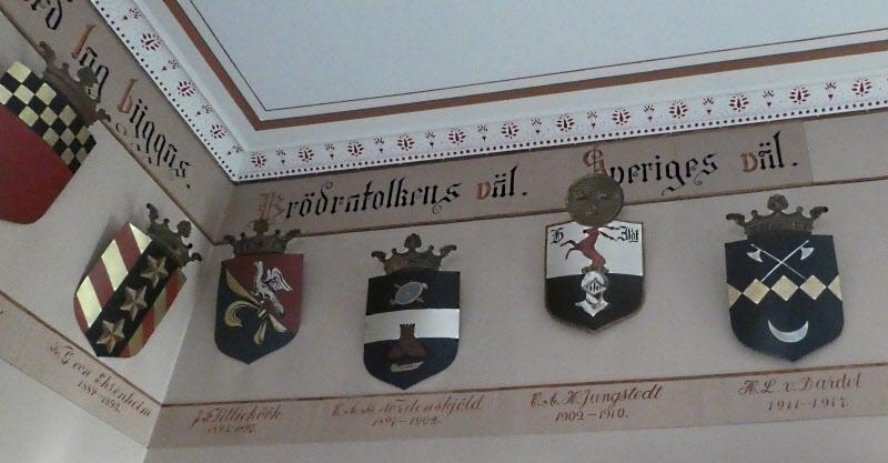 Alla officerare var adelsmän (nästan). Alla med kronor över vapenskölden var det inte den med runda knappen. Första utan adelstitiel.