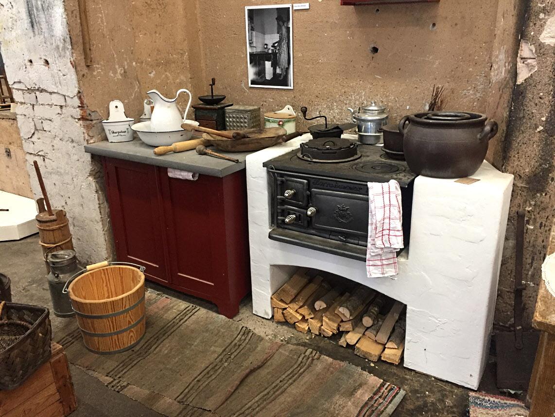 Matlagning i en vedeldad Norra Hammar järnspis.