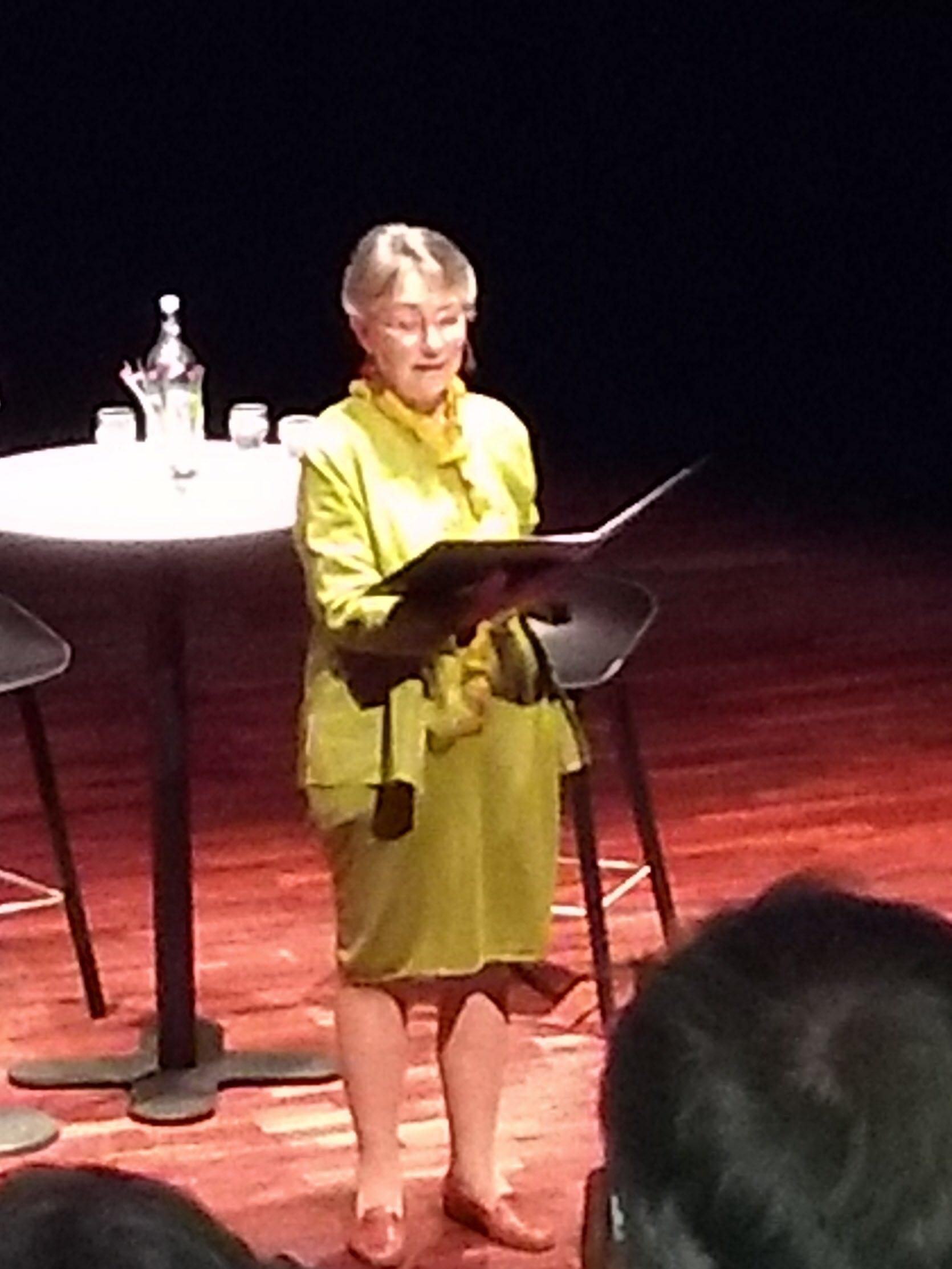 Annemarie Karsvik läser poesi