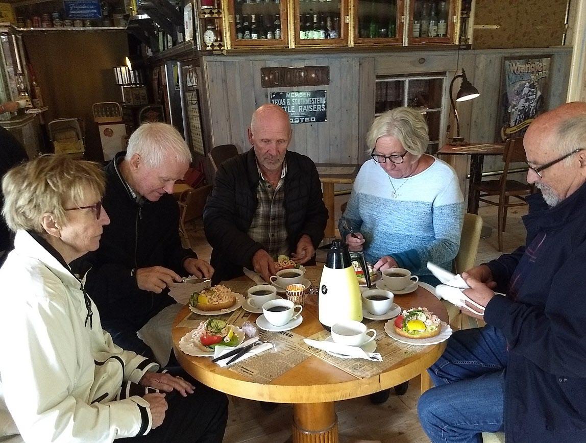 Efter rundturen smakade kaffe och rejäl räksmörgås fantastiskt.