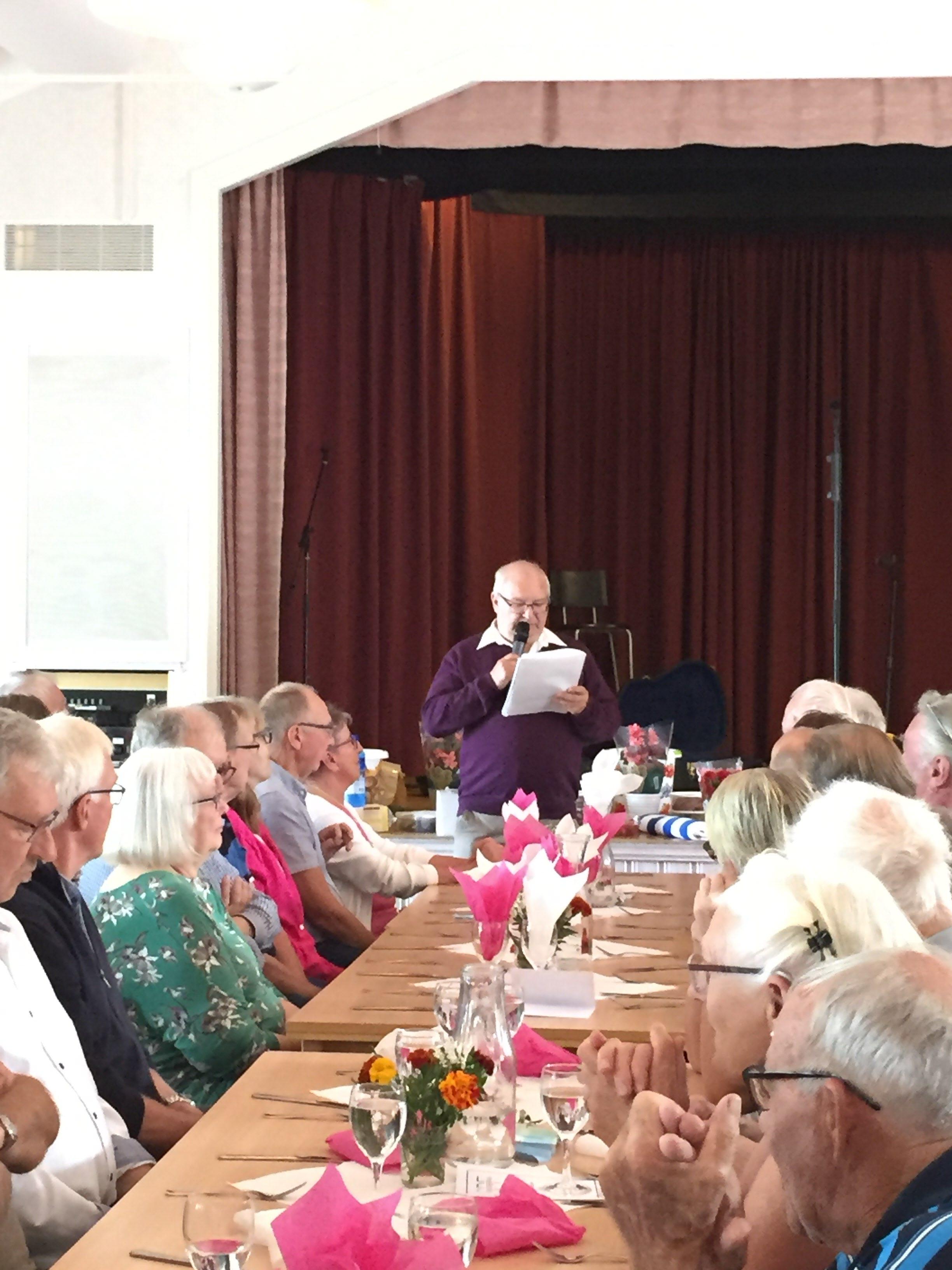 Erland Andersson hälsar mötesdeltagarna välkomna.