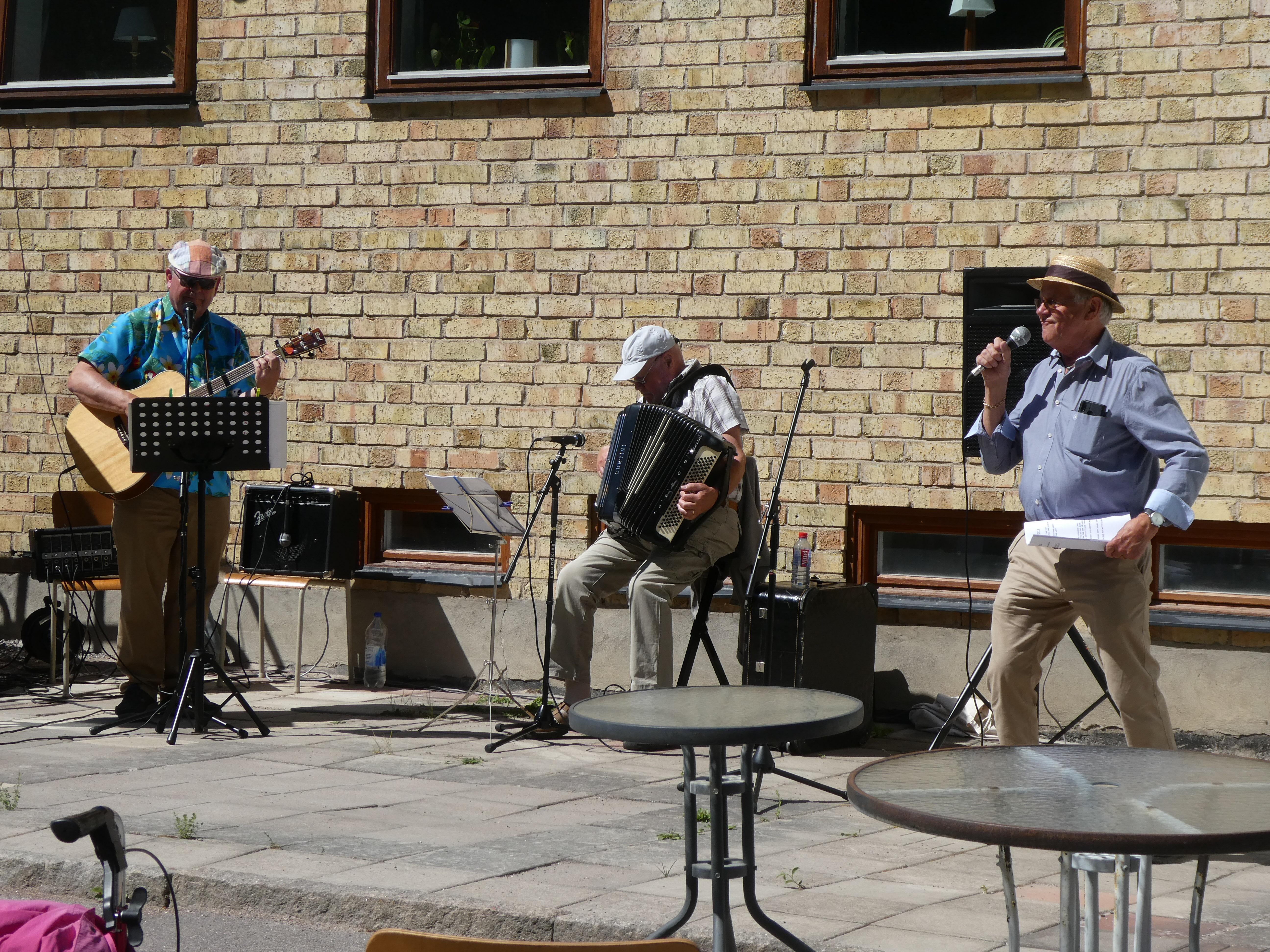 Janne, Billy och Lasse leder allsången