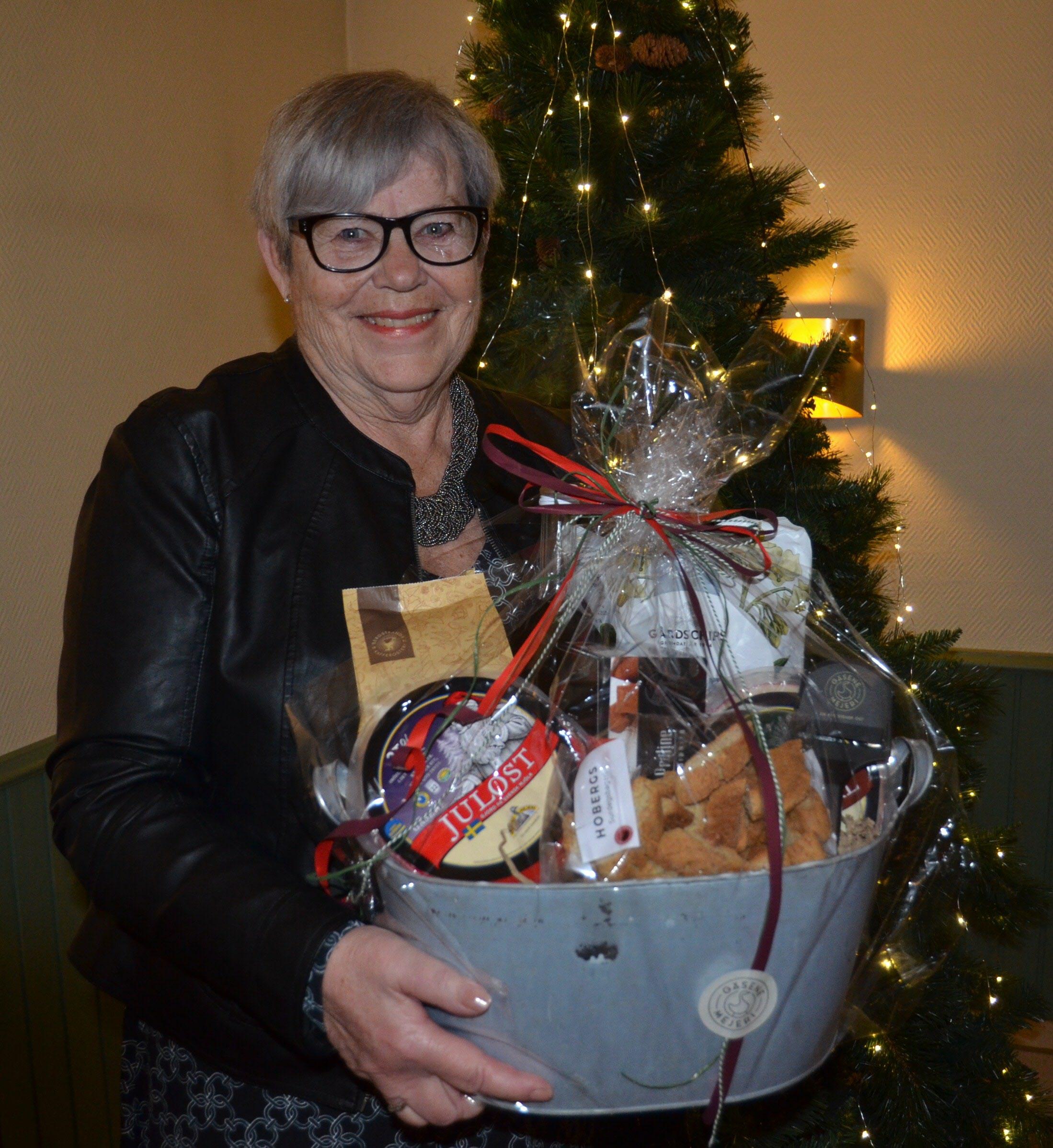 Anita Widing glad vinnare till en stor korg med många goda saker till egna julbordet.