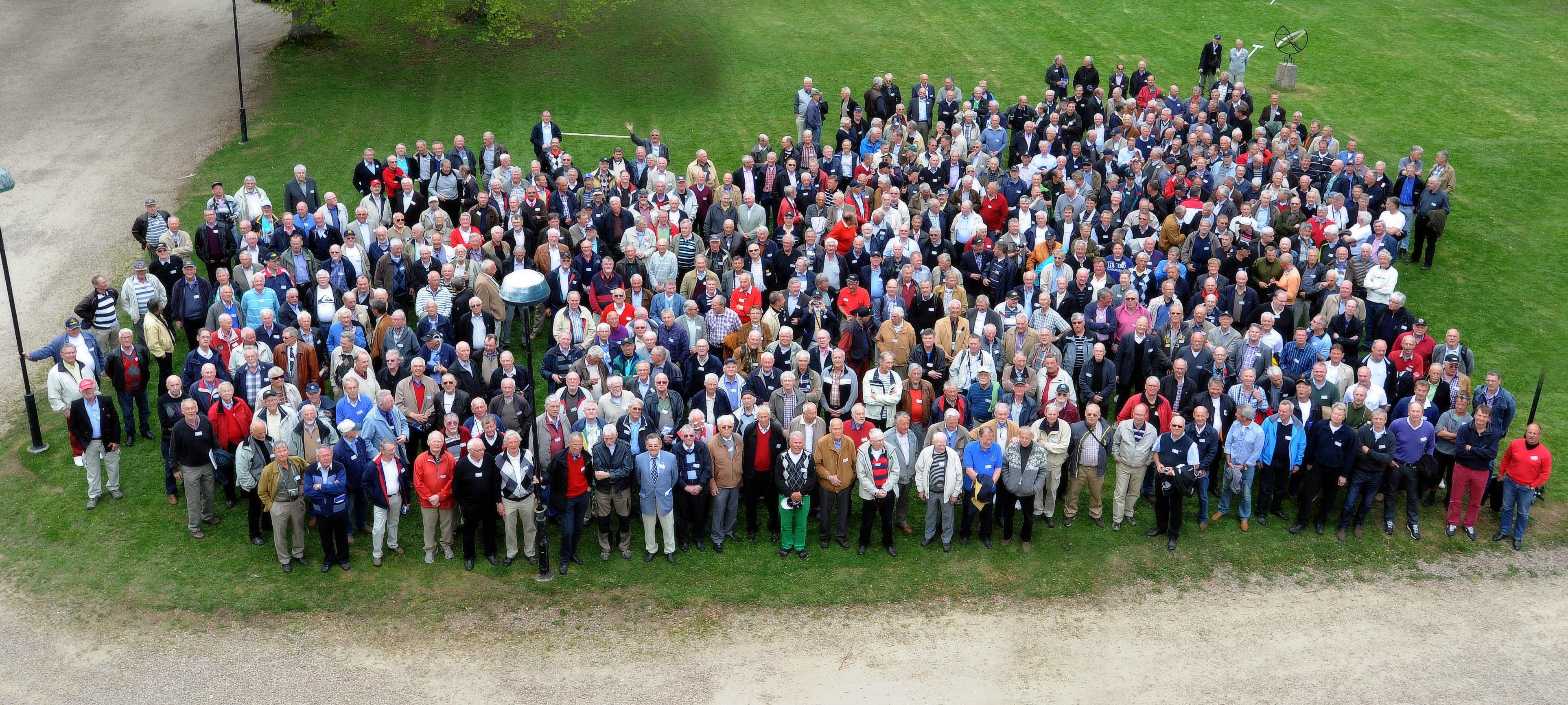 Gamla flygarveteraner träffades 2012 utanför flygskolan i Ljungbyhed