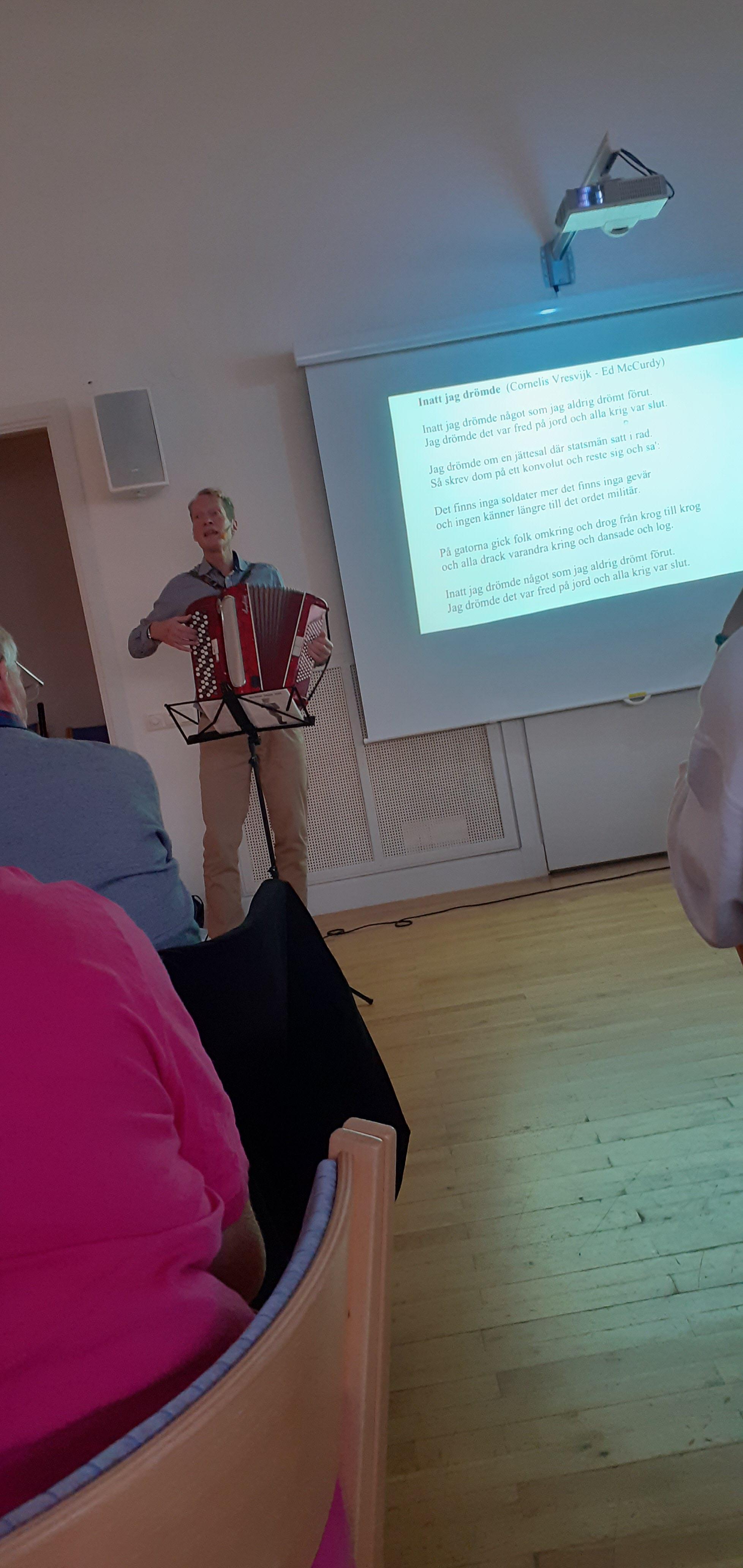 Bälg-Anders med sångtext på duk
