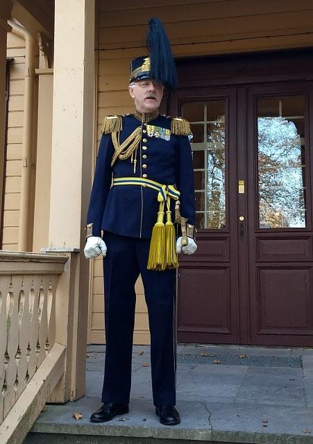 Kumla- Sannahed hembygdsförenings, Håkan Larsson tog emot i översteuniform från mitten av 1800-talet. En stilig man!