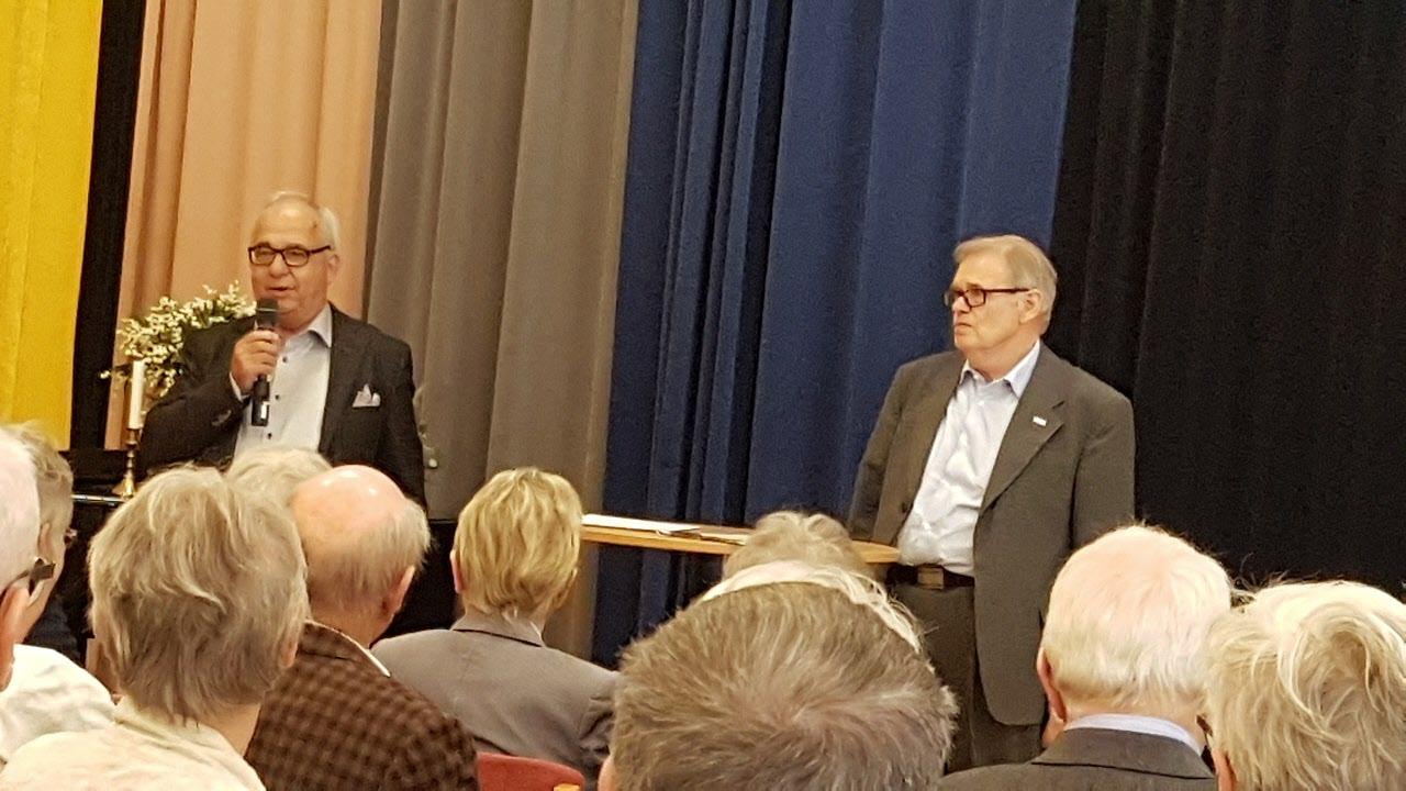 Distriktsstämman valde Åke Persson som ny SPF ordförande i Halland. Åke står till vänster med mikrofon