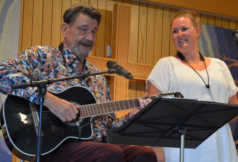Stefan Ljungqvist med dotter underhöll på sillsexan.           Foto: Peter L