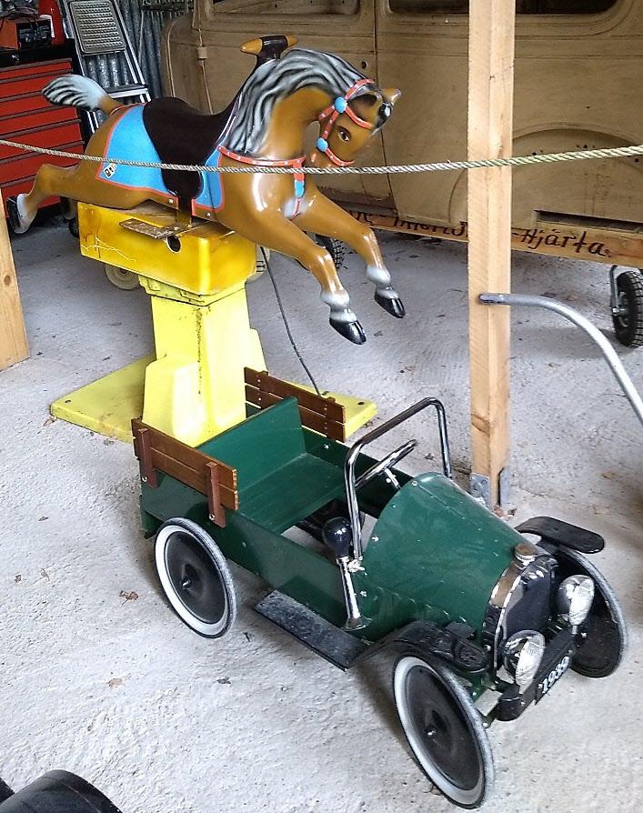 Karusellhäst och minibil.