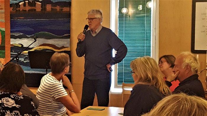 Björn Lövgren informerar om Allsången på månadsmötet i september.