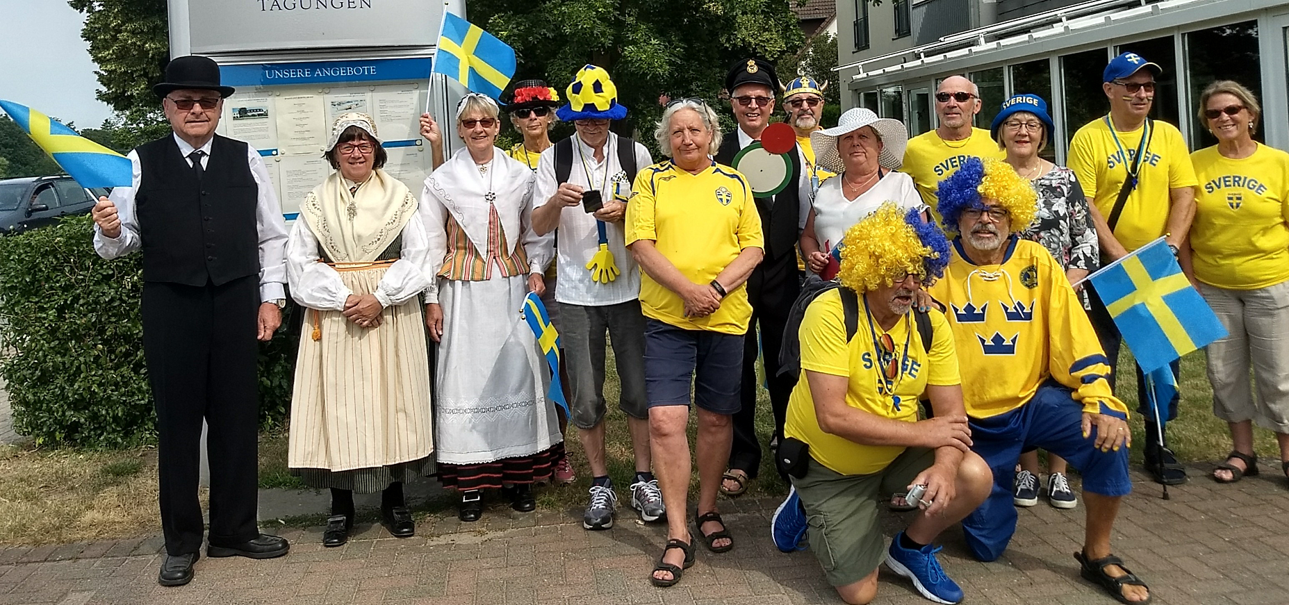 Här hela gänget som gick i paraden. Dom som gömde sig i Swedish Corner fick inte vara med....