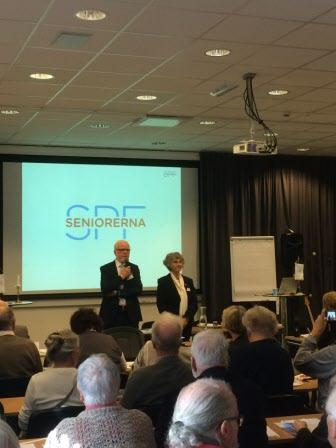 Ordförande Kjell Hansson och snart nyvalda Siv Gustavsson hälsar delegaterna välkomna