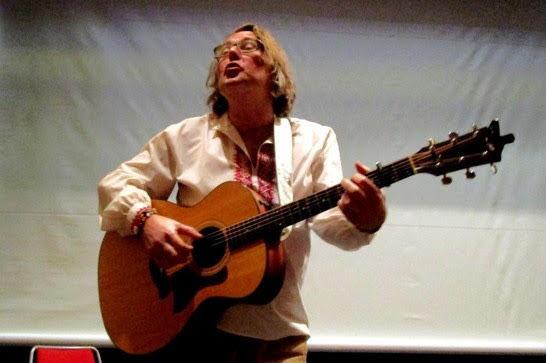 Thomas Poppe med gitarr och sång