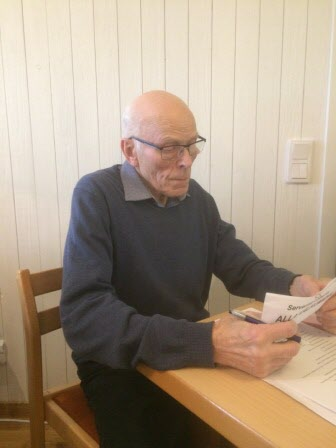 Uno Johansson i valberedningen läser upp föreslagna kandidater