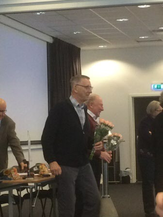 Revisorerna avtackas med blommor
